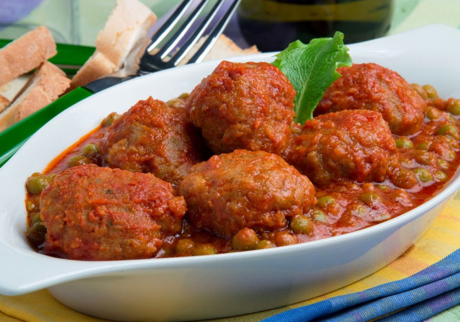 Meatballs with peas sauce